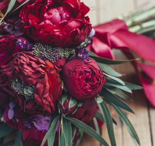 Бордовые свадебные букеты