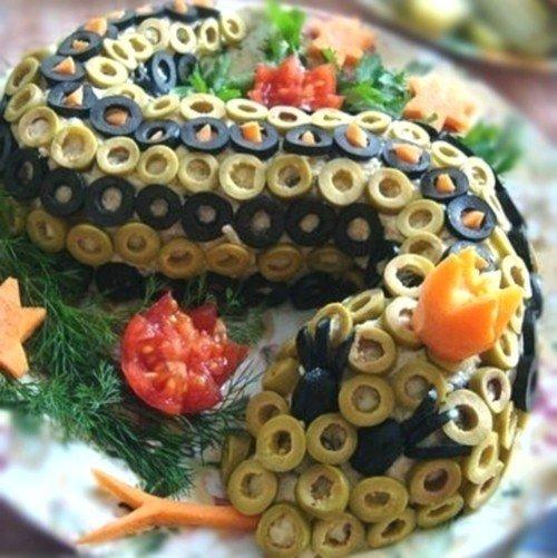 Салат «Змея» с рисом, креветками и ананасом