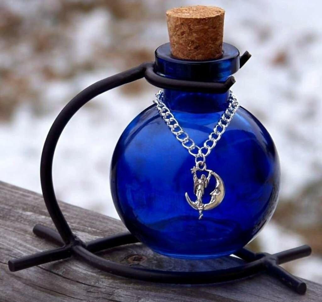 магия синего стекла, бутылки из синего стекла, свойства синего стекла