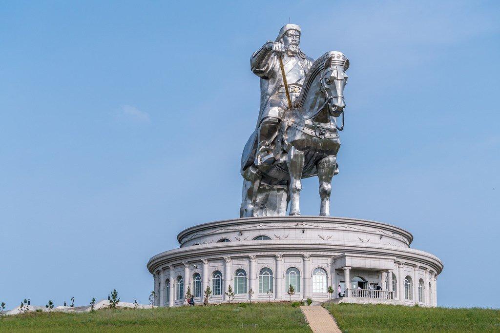 это именно памятник чингисхану на площади в улан баторе фото деда бабушкой
