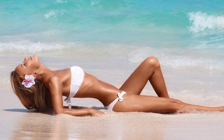 оргазм девушки в белых купальниках на пляже сели стол начали