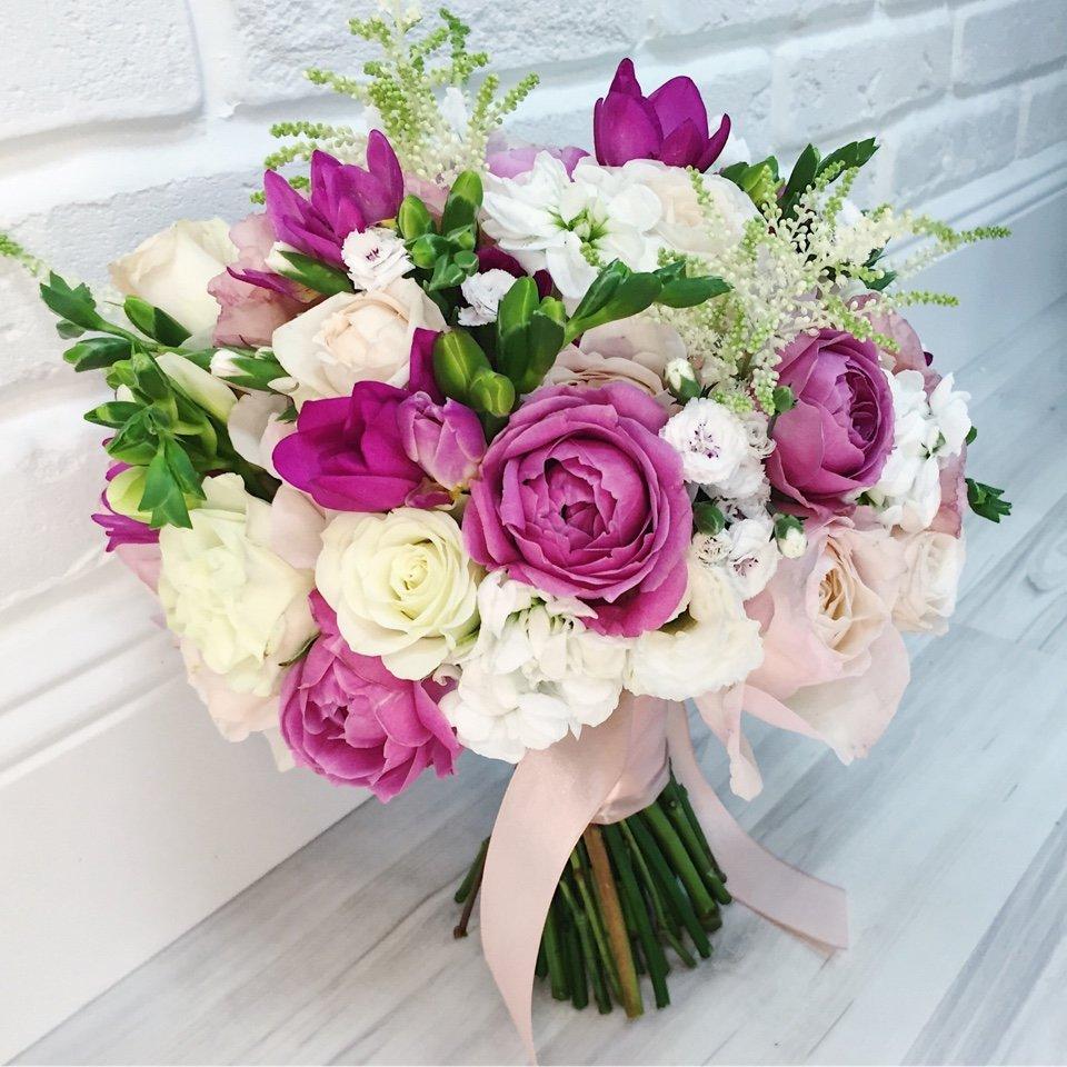 Голубые цветы, букет невесты из мини пионовидных роз купить