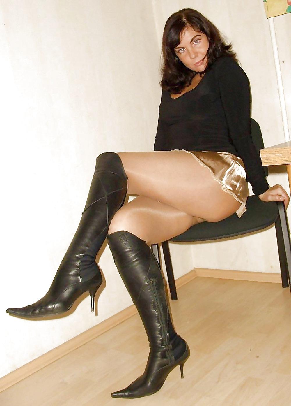 Частное фото девушки в чулках и юбках кончик половой
