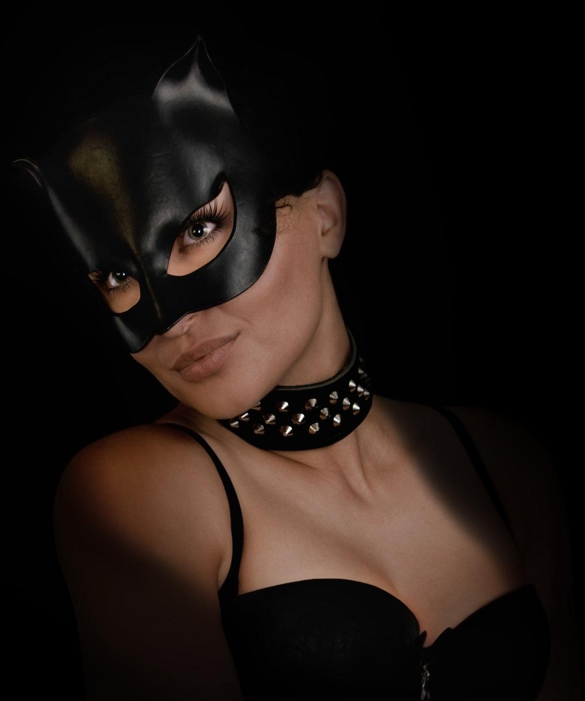 Картинки женщина в маске