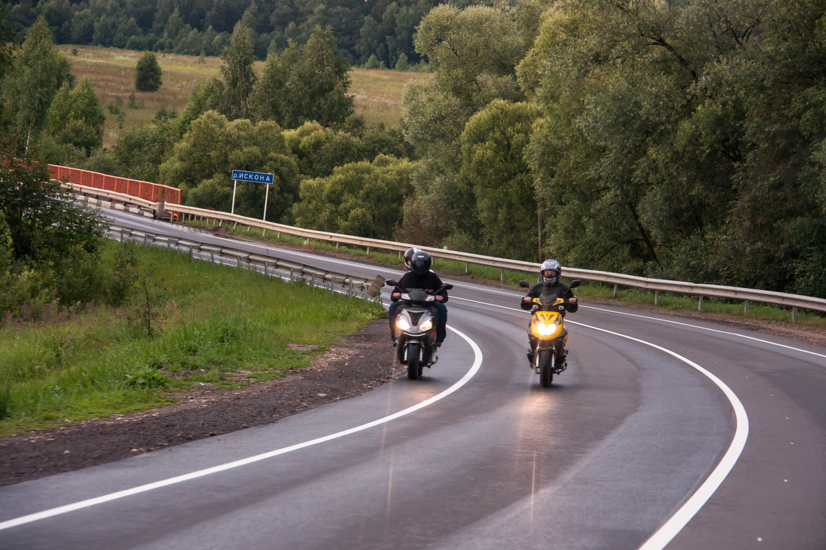 Картинки мотоциклист на дороге