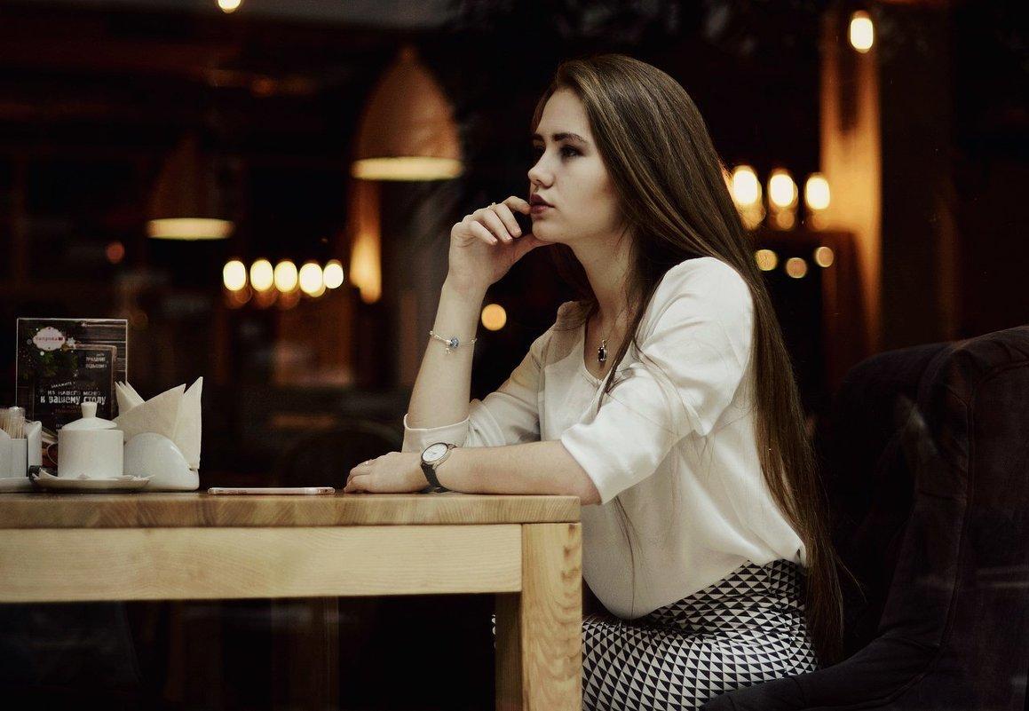 В кафе с девушкой фото