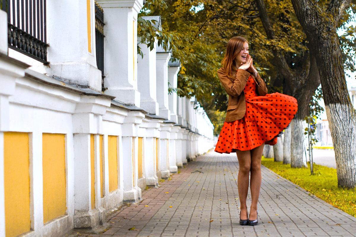толстые девушка на улице задирает платье то