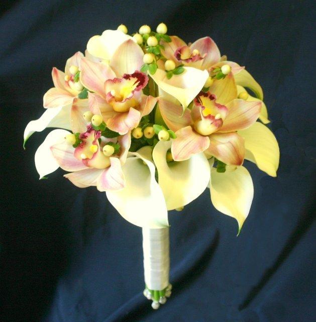 Свадебные букеты из диких орхидей и калл, японском