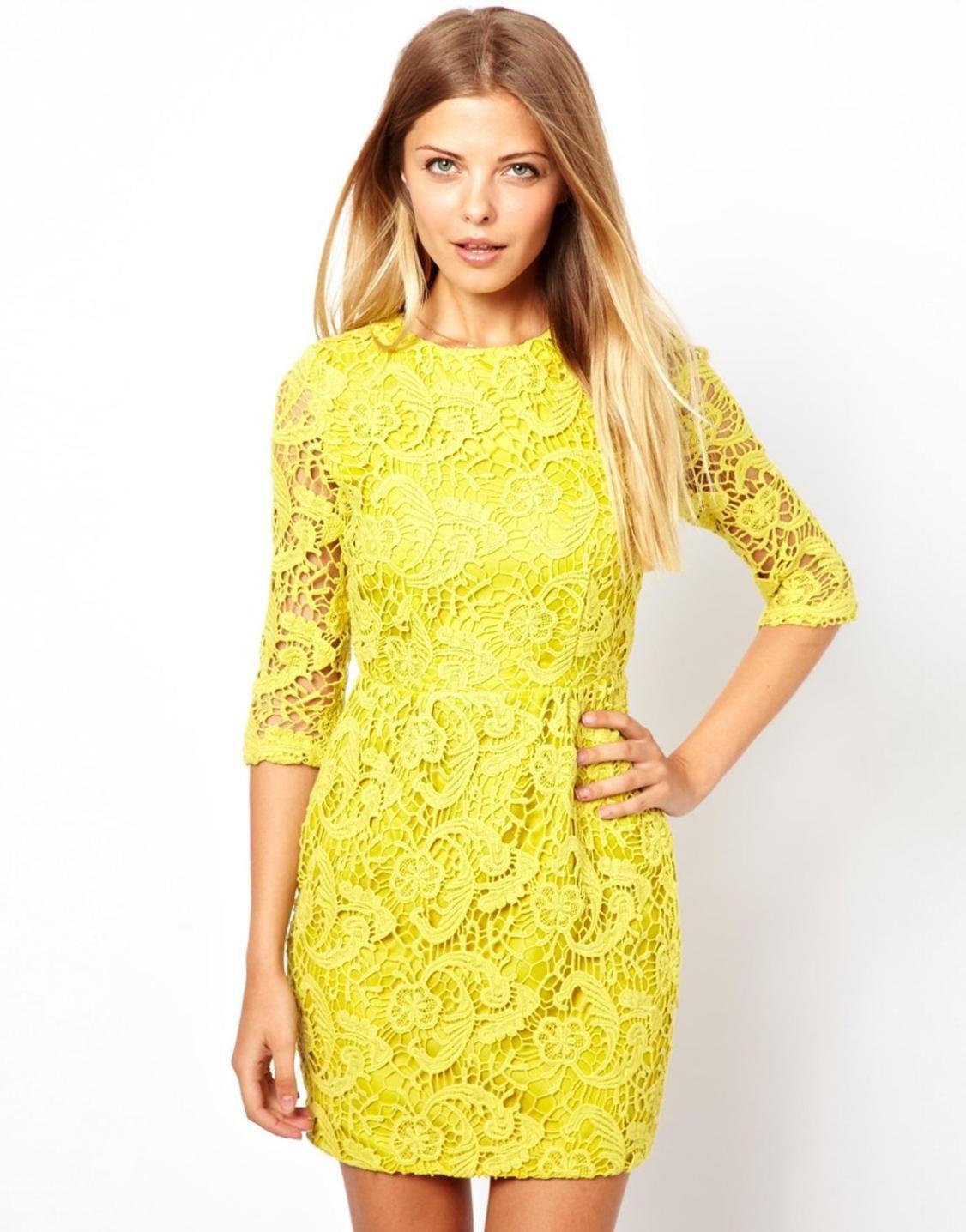 Желтое платье с черным кружевом фото