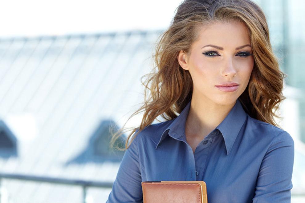 фотографии одной очень красивой девушки в офисе
