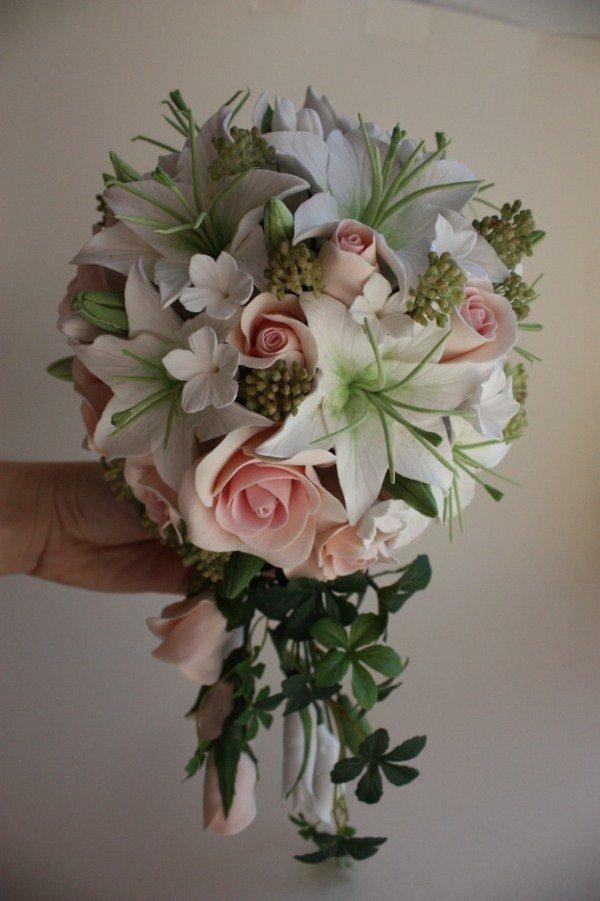 Свадебный букет из 13 роз и лилий