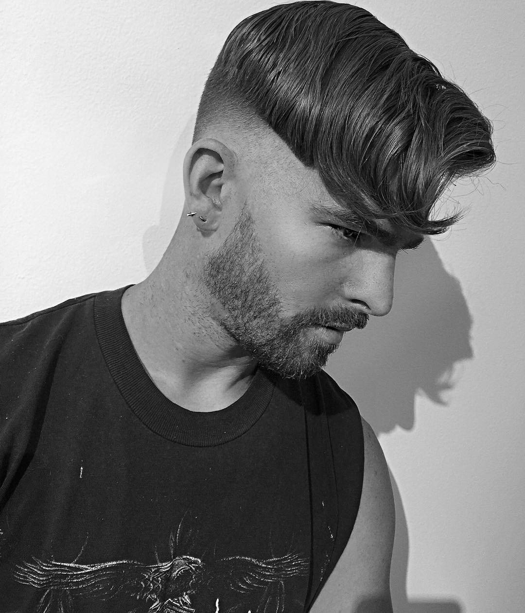 Причёска характерна короткими волосами по всей голове.
