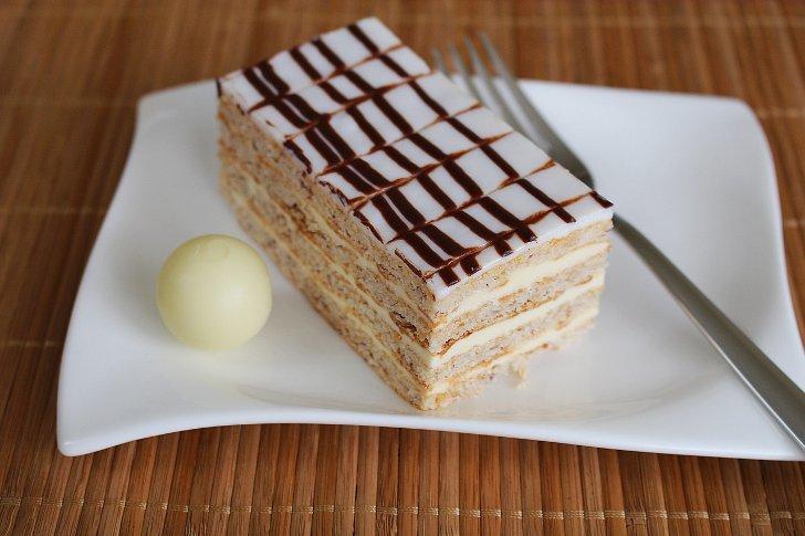Мой вариант торта fraisierингредиенты.для бисквита (форма 20 см в диаметре):яйца комнатной t - 3 штсахар - 80 гмука - 60 гкрахмал - 20 гразрыхлитель 1/2 ч ложкиванилин - 1 гдля сиропа:сахар - 50 гвода - млконьяк (по желанию) - 1 ст ложкадля крема:сливки (охлажденные) 33% - млмягкий творог - г** творого можно заменить маскарпоне, либо использовать только.