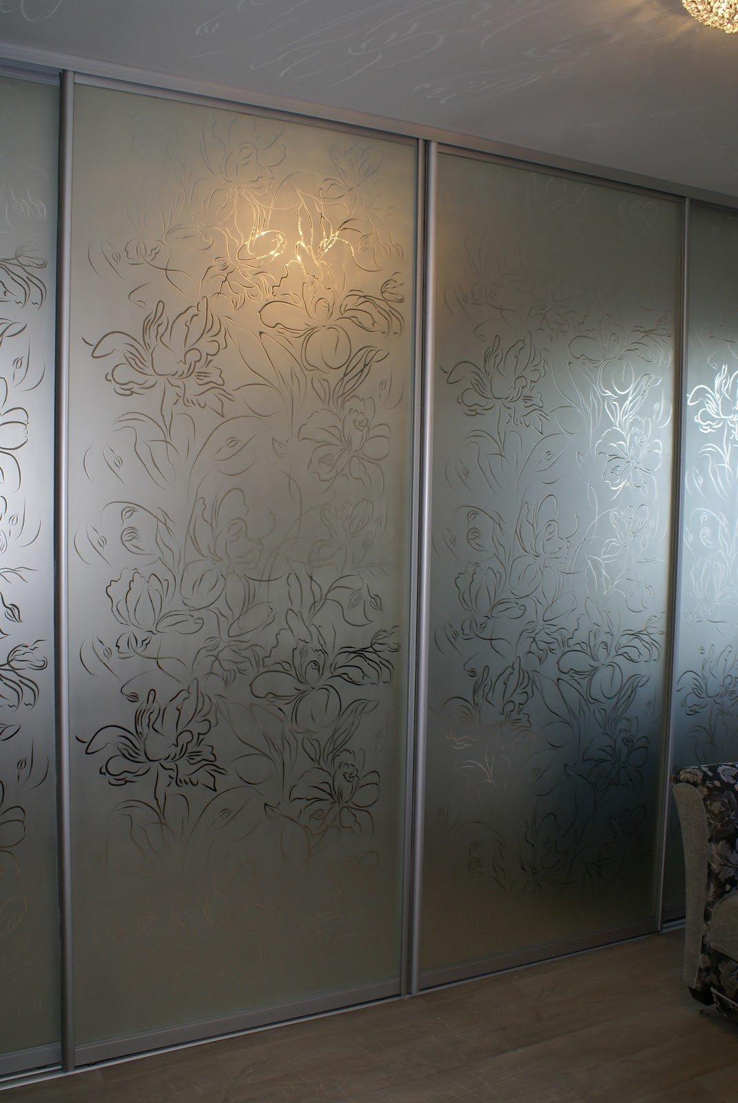 шкафы купе с пескоструйным рисунком на матовом стекле фото