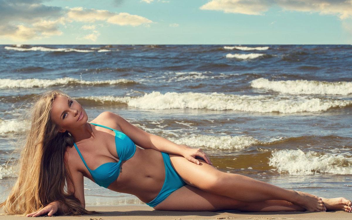 Картинка девушка в голубом купальнике блондинки