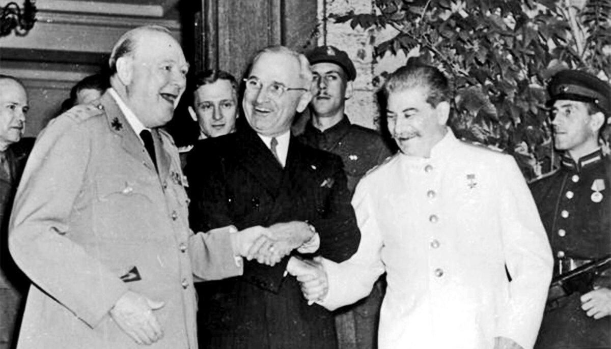 24 июля 1945 года во время Потсдамской конференции Гарри Трумэн сообщил Иосифу Сталину о создании в США нового сверхмощного «супер-оружия»