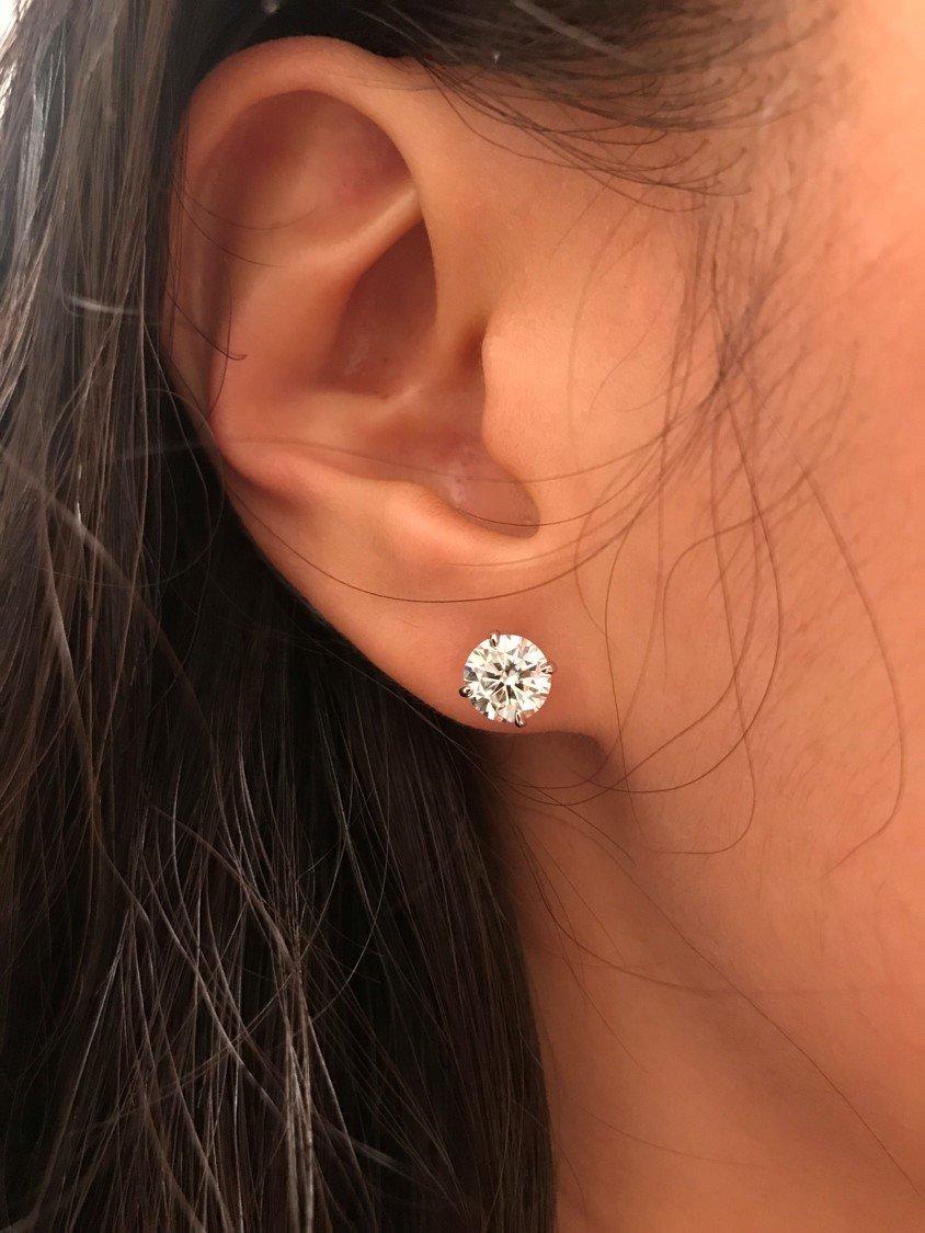 сережки гвоздики фото на ушах актрисы