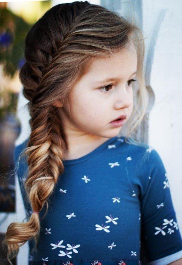 Маленькие модницы часто бывают капризными и не всегда соглашаются с предложенным фасоном платья, цветом колготок и не каждая прическа придется им по вкусу.