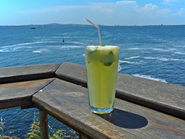 Домашний лимонад с мятой и пейзаж