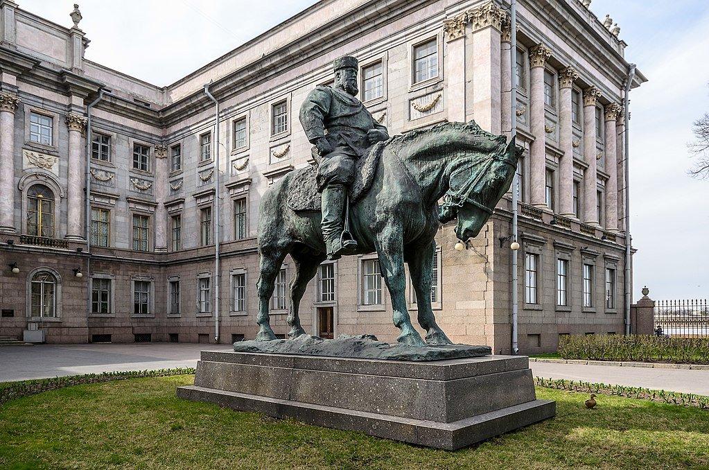 5 июня 1909 года в Петербурге освящен и торжественно открыт памятник Александру III