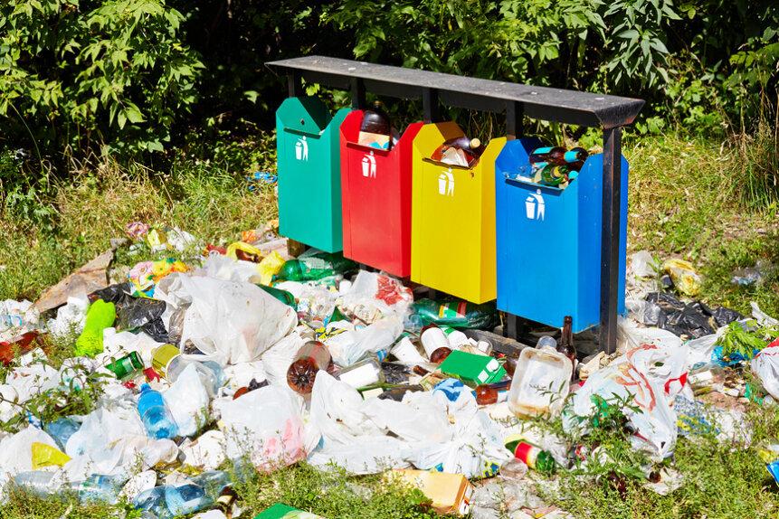 Большая часть горожан как выбрасывала без разбора весь мусор в мусоропроводы, так и продолжают это делать