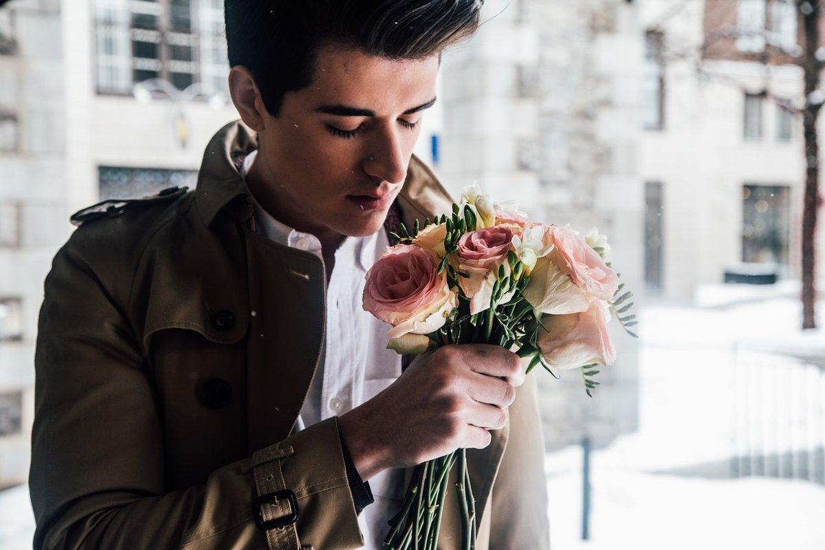 Открытки, открытки парень дарит цветы