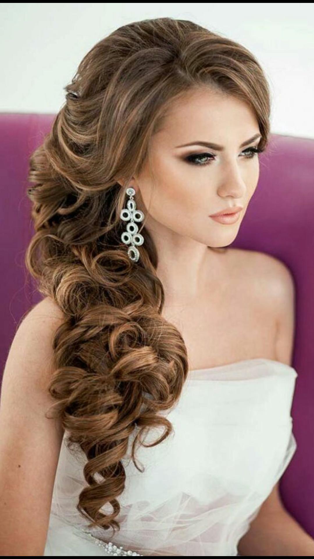 Смотрите фотографии красивых свадебных причёсок с чёлкой, локонами и цветами.