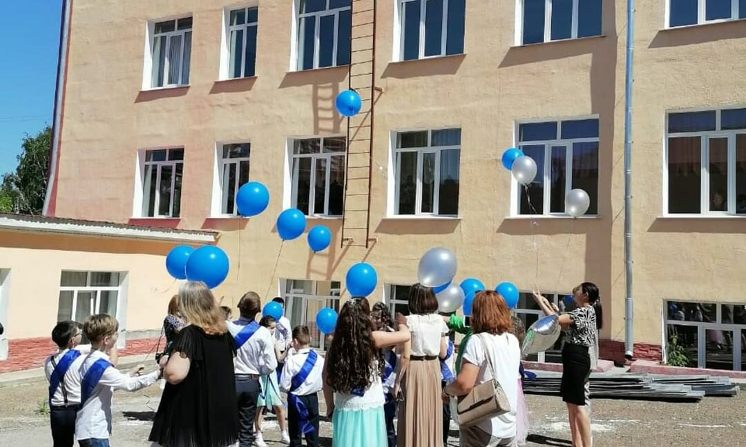Photo by ГБОУ УКШИ №28 on May 20, 2021. May be an image of one or more people, people standing, balloon and outdoors.