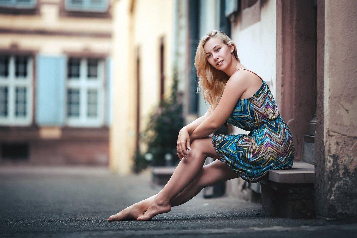 Красивые позы для фотосессии на улице стоя