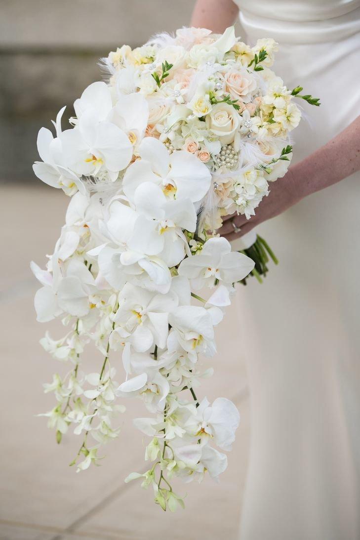 Букет роз, белые орхидеи свадебный букет
