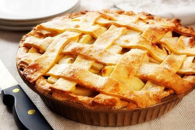 Хоть на первый взгляд это может показаться не так, но яблочный пирог из дрожжевого теста имеет довольно простой рецепт.