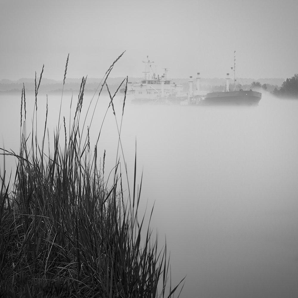 черно-белая картинка города на реке того, как