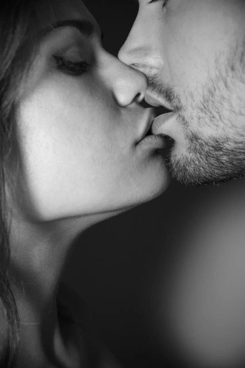 Картинки поцелуи черно белые