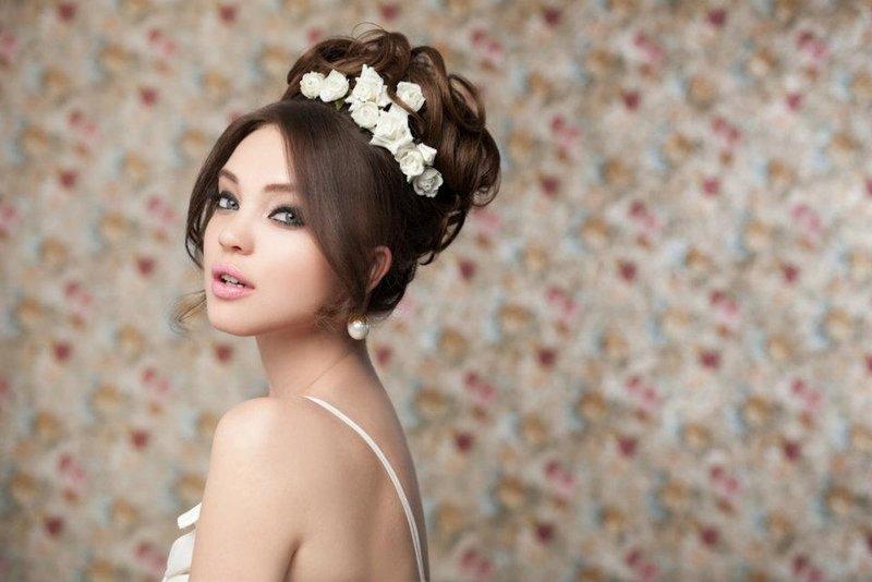 Розы в свадебной прическе фото