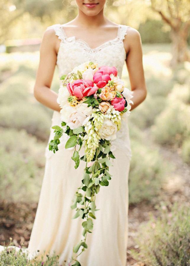 Каскадный свадебный букет невесты