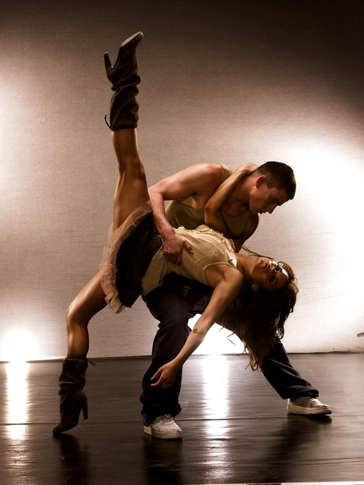 телка танцует для парня парное секс