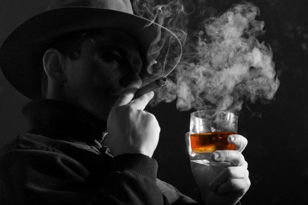 Картинка мужчина в шляпе с сигаретой