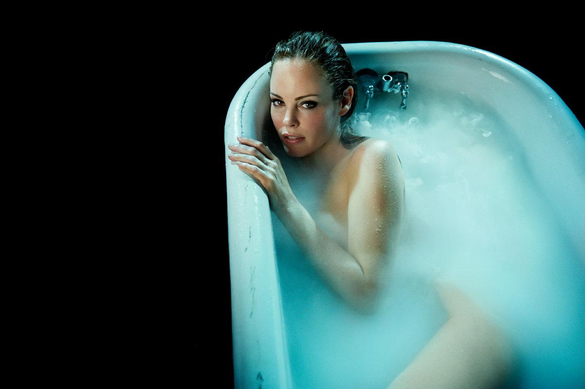злится нее, фото девушки в ванной стоит попкой кверху