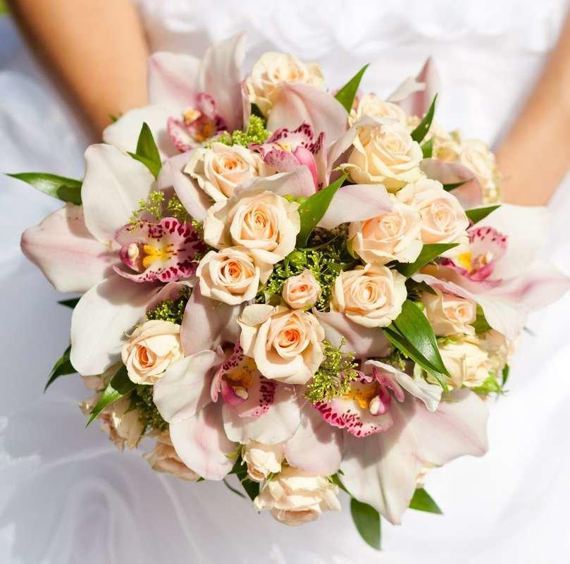 Букет невесты маленький с орхидеями и розами фото