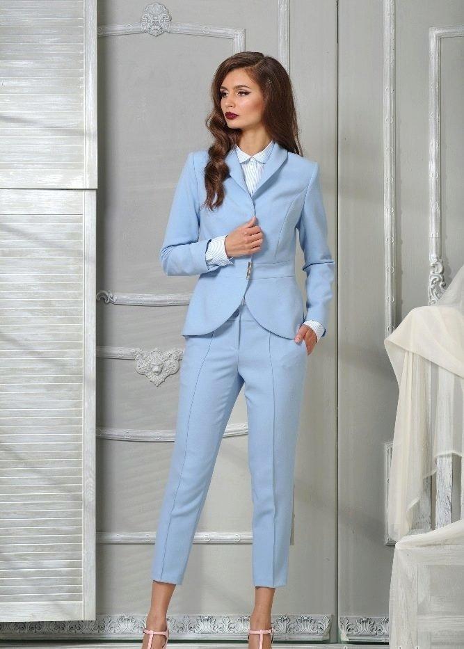 Anneli модель в синем костюме