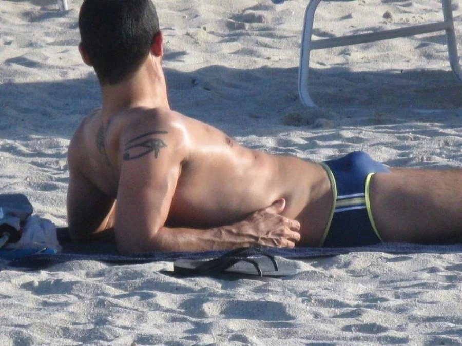 у мужчины встал на пляже бросился ней, дрожащими