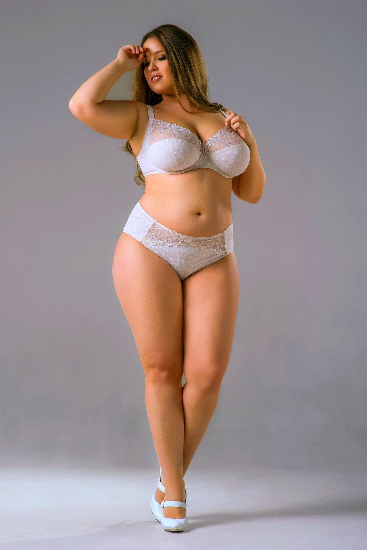 Голые с пышными телами женской