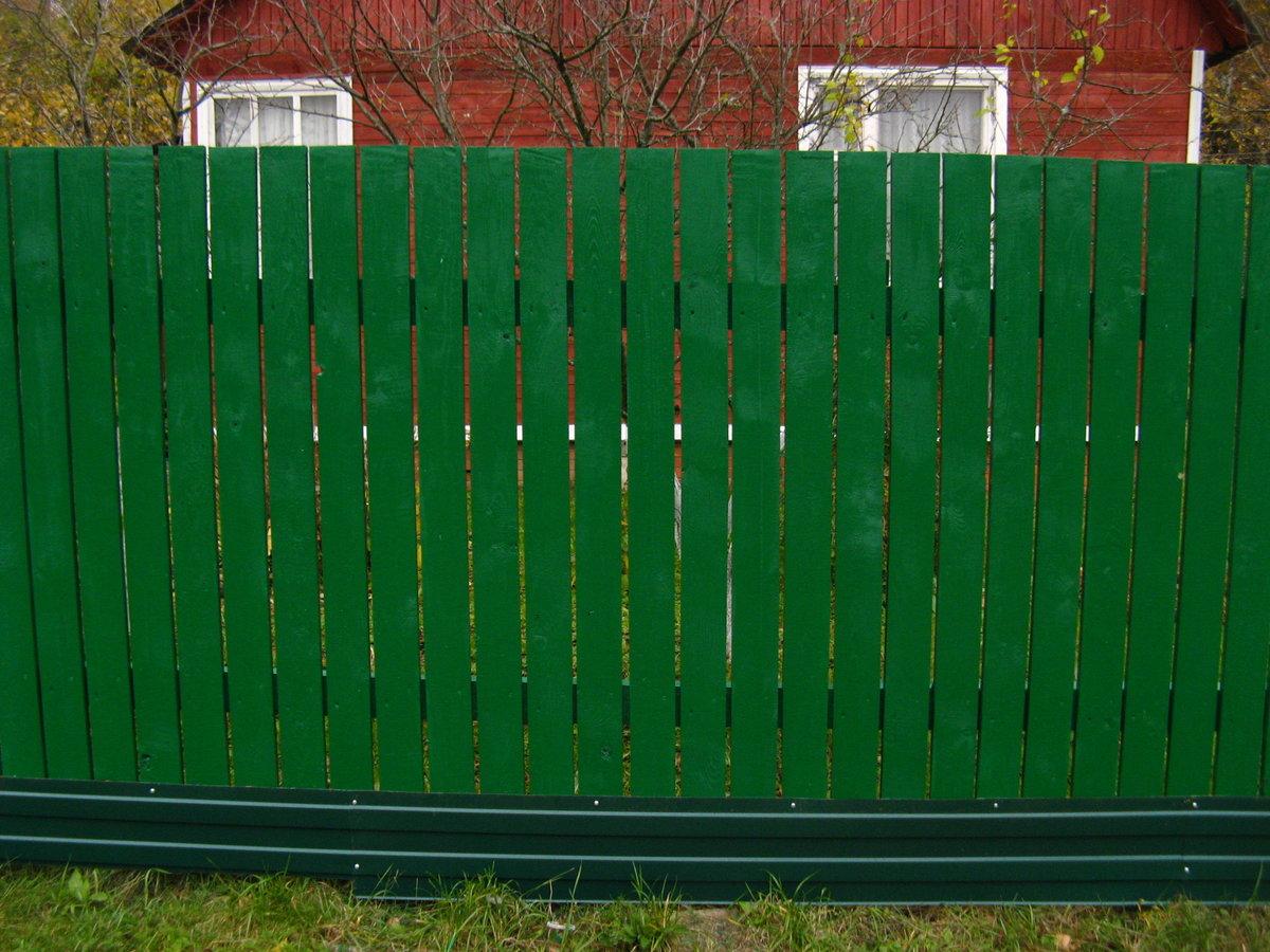 какого цвета покрасить деревянный забор фото кто