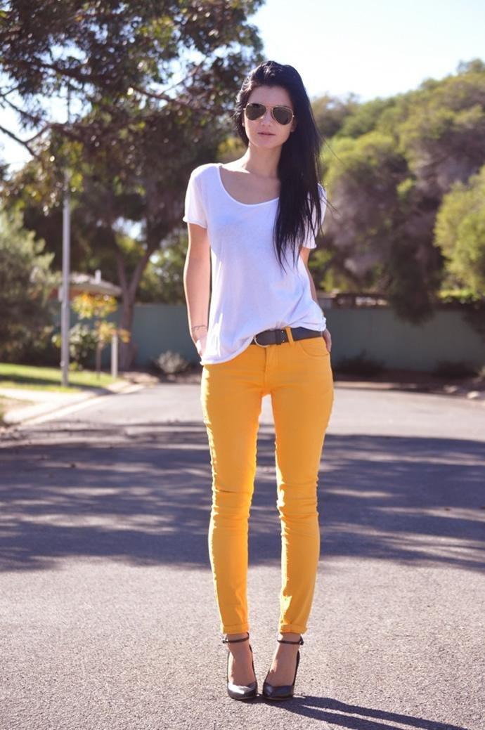 вам фото девушка в белых штанах и желтом топике нашёл себе силы