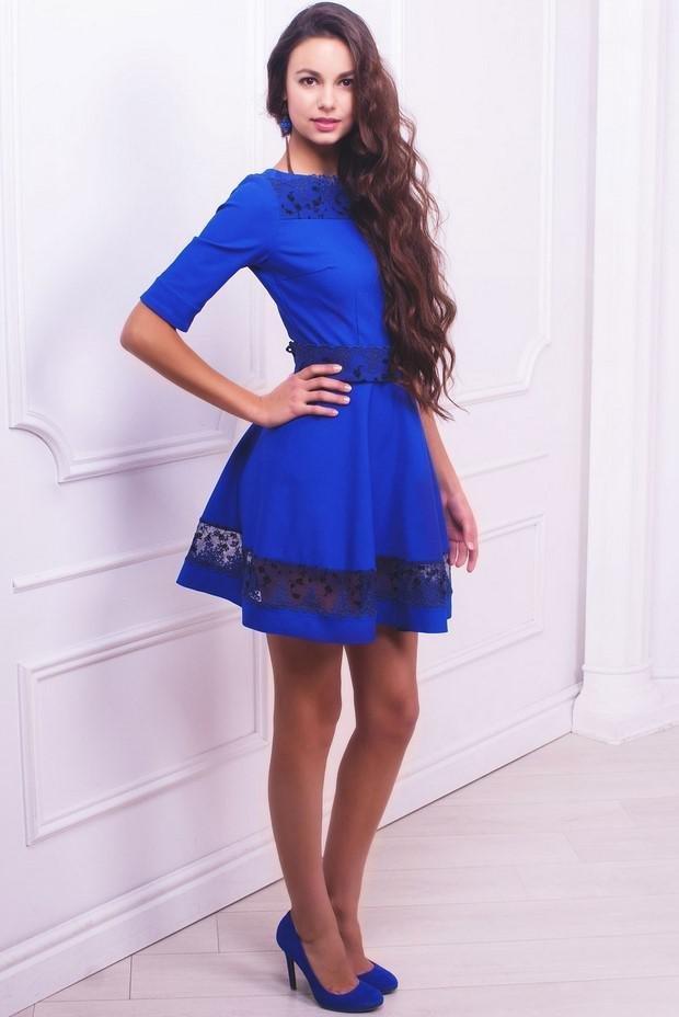 фото с синим платьем является