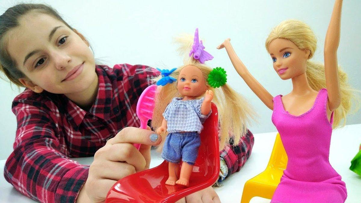 видео как играют с куклами барби вас том