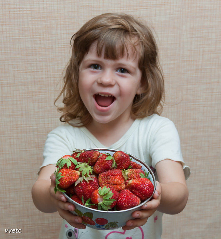 Картинка дети едят клубнику