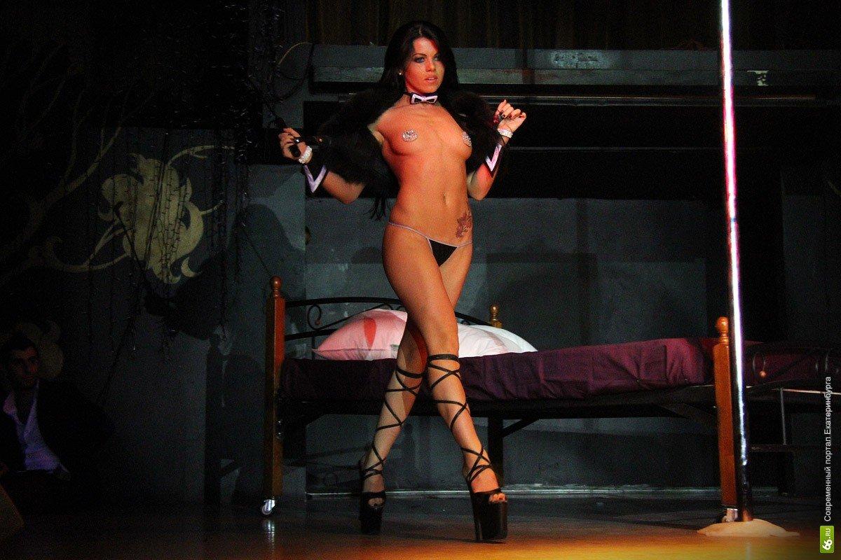 Сексуальные девушки танцующие стриптиз с раздеванием с одежды до гола
