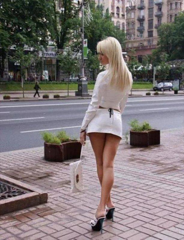 В мини юбке по городу