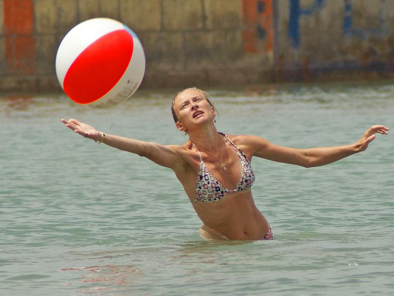 Фото девушки с пляжными мячиками, смотреть онлайн порно видео джейми ли кертис